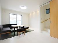 リビング:街中の限られた土地でも「暮らしやすく」を追求し、リビングアップ階段で廊下面積をカット。お部屋が広々。