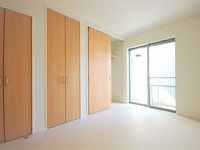 寝室:1階の北室は2種類の収納をご用意。ハンガーパイプのついたクローゼットと、可動棚のついた収納スペース。書籍やバッグなどもたくさん収納できます。