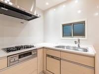 キッチン:1度にたくさんのメニューが作れる3口コンロ付のシステムキッチン。食器洗い乾燥機付なので食後の洗い物も楽々です。