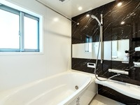 浴室:ゆったり寛げる1616サイズのシステムバス。お子様と一緒に入ってもゆとりのある広さです。お子様の入浴からパパの入浴までお湯が冷めにくい保温浴槽です。