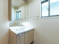 洗面室:スッキリとした洗面室は窓からの日差しが穏やかな朝時間をつくりだします。一体成型カウンターなので汚れにくく、お掃除も簡単な洗面化粧台です。
